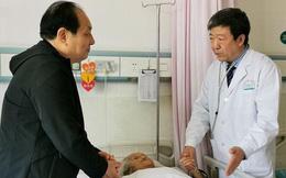 Cha ruột qua đời trước mắt, vị bác sĩ nén đau thương tiến hành ca phẫu thuật nguy hiểm: 'Bệnh nhân cần tôi hơn'