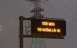 Dòng chữ 'Trời mưa thì không lái xe' trên cao tốc Long Thành khiến tài xế hoang mang