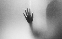 Người đàn ông đưa bé gái 7 tuổi vào toilet suốt 30 phút không trở ra, tiếp viên tàu cao tốc phá cửa vào liền phát hiện cảnh tượng đáng sợ