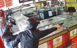 Bắt thêm người cấp súng cho 2 kẻ cướp tiệm vàng ở Hóc Môn