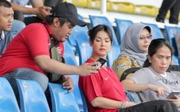 """""""Thánh nữ"""" Maria Ozawa đi xem SEA Games, cổ vũ trận U22 Indonesia đấu U22 Thái Lan"""