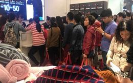 Cận kề Black Friday: Người dân xếp hàng dài, chờ nửa tiếng đồng hồ vẫn chưa đến lượt thanh toán