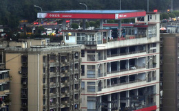 """""""Thành phố thẳng đứng"""" ở Trung Quốc gây ngỡ ngàng khi xây trạm xăng trên nóc tòa nhà 6 tầng"""