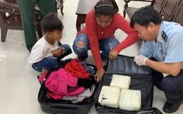 Phát hiện nữ khách Campuchia giấu 5kg ma túy trong va ly quần áo 2 ngăn