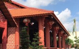 Cận cảnh ngôi nhà phủ gốm đỏ bạc tỷ độc nhất vô nhị ở miền Tây