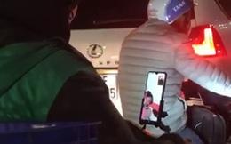 Hình ảnh của tài xế Grab gây bão mạng: Tranh thủ dừng đèn đỏ bật màn hình facetime để nhìn vợ và con nhỏ mới sinh ở nhà trong giây lát