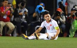 Giữa lúc người hâm mộ đang rất lo lắng cho chấn thương, Quang Hải lạc quan: Ngồi xíu cho đỡ mệt thôi mà!