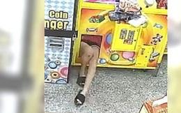 Sáng sớm phát hiện máy gắp thú bị hư, chủ tiệm kiểm tra camera nhìn thấy một đôi chân trong máy và lập tức báo cảnh sát