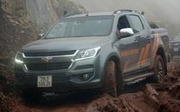 Lái xe qua đoạn đường lầy lội, xử lý ra sao để không gặp họa?