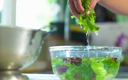 Vì sao ăn rau sống sẽ khiến chúng ta dễ bị nhiễm vi khuẩn kháng kháng sinh và đâu là giải pháp an toàn?
