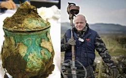 Đang đi dò kim loại, bỗng dưng'đổi đời' nhờ tìm thấy kho báu trị giá hàng triệu đô của người Viking