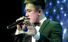 Ca sĩ Châu Khải Phong bị ném búa đinh lên sân khấu khi đang diễn