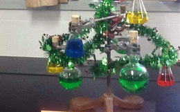 """Nhìn lớp Hóa đón Giáng sinh mà dân tình hết hồn: Làm cây thông phiên bản """"Chemistree"""", trang trí lủng lẳng những ống nghiệm, hóa chất"""