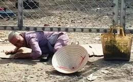 Xót cảnh dân chui dưới rào, trườn bò vào chợ trung tâm thị xã
