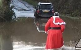 Bức ảnh lột tả ông già Noel thời hiện đại: Không cưỡi tuần lộc mà lái ô tô đi phát quà, chật vật lội nước khi đường ngập do lũ