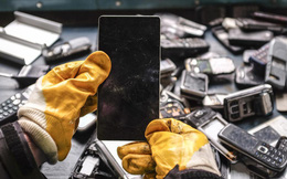 'Thế giới bên kia' của những chiếc smartphone bị vứt bỏ ngoài bãi rác