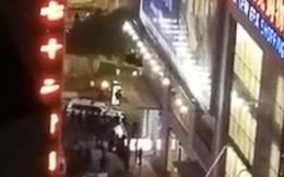Người đàn ông nhảy lầu tự tử bất ngờ đáp xuống người hai nữ sinh đang trên đường đi học khiến cả ba tử vong