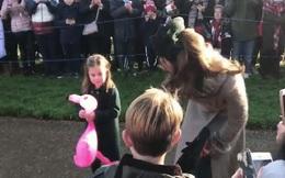 Được fan nam nhí tặng hoa, Công chúa Charlotte bẽn lẽn siêu đáng yêu, ôm khư khư dù nhận được nhiều quà khác