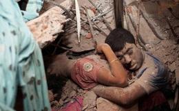 Đằng sau bức ảnh 'Vĩnh cửu' về cái ôm cuối cùng trong đống đổ nát: Bóc trần mặt trái của xã hội cùng sự thức tỉnh cho toàn nhân loại