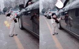 Hành động của cậu bé 1 tuổi khiến người lái xe xả rác bừa bãi phải xấu hổ