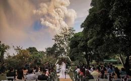 24h qua ảnh: Đám cưới ngay cạnh núi lửa phun trào ở Philippines