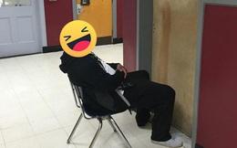 """Bắt quả tang học sinh trốn trong WC hút thuốc, phản ứng """"cậu không thoát được đâu"""" của thầy giáo khiến ai cũng buồn cười"""