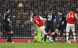 """Lãnh 2 """"cái tát"""" trời giáng từ Arsenal, Man United để mất cơ hội vàng trong vòng đấu lạ lùng"""