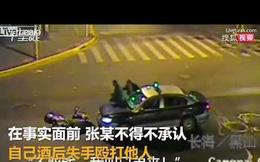 Mặc kệ tài xế đã dừng xe, người đàn ông vẫn lao vào xe để ăn vạ