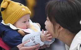 24h qua ảnh: Em bé 9 tháng tuổi chào đón mẹ trở về nhà ăn Tết
