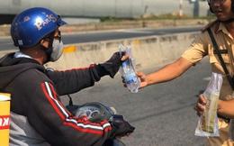 Hốt hoảng khi bị CSGT gọi vào rồi bất ngờ được tặng khăn ướt, nước suối ở Sài Gòn