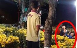 """Người cha dùng điện thoại """"bấm phím"""" chụp ảnh cho 2 con trong vườn hoa xuân gây xúc động"""