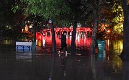 Mưa tràn bờ Hồ Hoàn Kiếm, nhiều tuyến đường Hà Nội ngập trong đêm giao thừa Canh Tý 2020