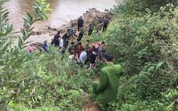Phát hiện thi thể cô gái bị chôn bên bờ suối, thò cánh tay khỏi mặt đất