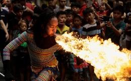 24h qua ảnh: Diễn viên trình diễn thổi lửa mừng Tết Nguyên Đán