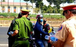 Công an Đồng Nai đội nắng phát nước, khăn lạnh cho người dân giao thông ngày Tết