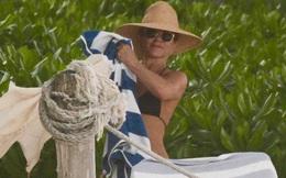 Jennifer Aniston diện bikini khoe body ở tuổi 50