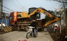 24h qua ảnh: Dùng xe tải, máy xúc chặn đường để dịch corona ở TQ