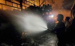 Công nhân hút thuốc vứt ra nền gây cháy xưởng bông rộng hàng nghìn m2 ở Sài Gòn