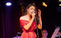 Trà Ngọc Hằng khoe vai trần gợi cảm, tự tin hát live loạt ca khúc đình đám