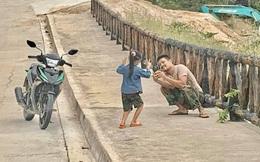 Bố dừng xe bên đường để chụp hình cho con, khoảnh khắc khiến nhiều người xúc động