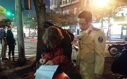 Bị CSGT dừng xe vì không đội mũ bảo hiểm, thanh niên người nước ngoài mang đàn ra ngồi hát