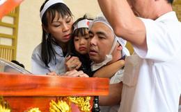 Xót xa hình ảnh con trai nghệ sĩ Chánh Tín về chịu tang cha muộn