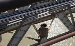 Cảnh sát dòng dây xuống cứu ông bố ôm con nhỏ định nhảy cầu Long Biên