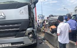 Bị xe container tông lật nhào trên cầu, 3 người ngồi trong ô tô con bò ra ngoài kêu cứu ở Sài Gòn