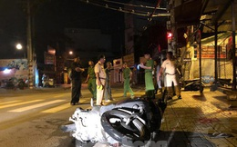 """Xe máy """"kẹp"""" 3 đâm cột mốc, 2 người chết tại chỗ, 1 người nguy kịch"""