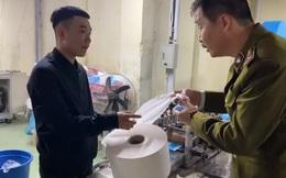 Nóng: Bắt quả tang DN dùng giấy vệ sinh thay vải kháng khuẩn sản xuất khẩu trang