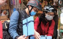 Nam giới kín mít khẩu trang, xếp hàng dài mua quà Valentine
