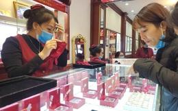"""Tiệm vàng phun khử trùng trước ngày Vía Thần Tài, khách đeo khẩu trang mua """"lộc"""" may mắn"""