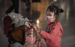 7 ngày qua ảnh: Trẻ em đội chai nhựa kín đầu để tránh virus corona