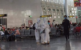 Giữa dịch virus corona, cả gia đình xuất hiện trong sân bay với đồ bảo hộ kín mít gây chú ý